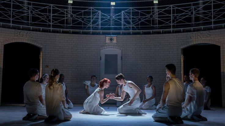 Matthew-Bournes-ROMEO-AND-JULIET.-Cordelia-Braithwaite-Juliet-Paris-Fitzpatrick-Romeo-and-The-Company.-Photo-Johan-Persson.-1200x675